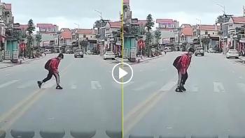 Nét đẹp văn hoá giao thông: Nữ học sinh cúi đầu cảm ơn tài xế nhường đường