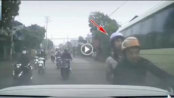 Chạy xe máy trêu ghẹo bạn nữ, 2 thanh niên suýt đâm vào ô tô ngược chiều