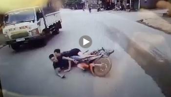 Hai thanh niên phóng nhanh vượt ẩu, lao xe thẳng vào gầm ô tô