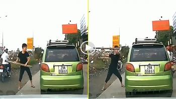 Thanh niên đấm liên tiếp vào tài xế và đập vỡ kính xe ô tô
