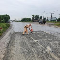CSGT vá đường giúp dân đi lại an toàn