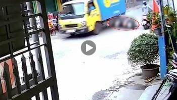 Tránh xe đạp điện, nam thanh niên ngã trúng gầm xe tải