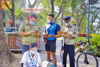Hà Nội: Người nước ngoài ngỡ ngàng khi bị xử phạt vì không đeo khẩu trang