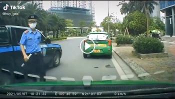 Thấy thanh tra giao thông, taxi Mai Linh lách lên vỉa hè bỏ chạy