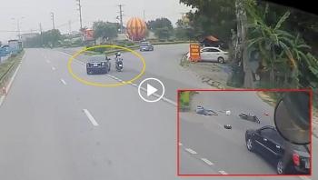 Khoảng khắc ô tô rẽ thiếu quan sát khiến 2 người đi máy gặp nạn