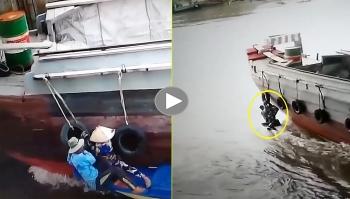 Đôi vợ chồng bám chặt lấy phao thoát nạn sau va chạm trên sông