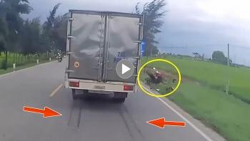 Tránh người đi xe máy tự ngã, 2 xe tải đâm nhau lật nghiêng xuống đường
