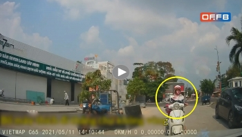 Người phụ nữ đi xe máy quát tháo bắt ô tô phải nhường đường mình