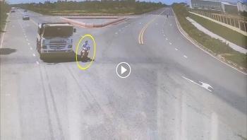 Sang đường thiếu quan sát, người đàn ông bị xe tải tông trúng
