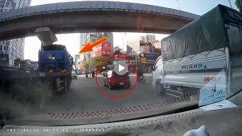Hà Nội: Khoảng khắc ôtô bị Container đâm xoay ngang đường