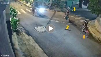 """Khoảng khắc 6 thanh niên nửa đêm """"dàn trận"""" cướp xe máy khiến nhiều người bất an"""