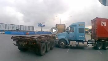 Khoảng khắc 2 xe Container bị kéo toác đầu tại ngã tư sau va chạm