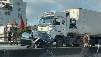 Khoảng khắc Container gây tai nạn đâm xe 5 chỗ 'vỡ đầu'