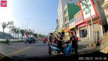 Tài xế 'tóm gọn' thanh niên phóng nhanh lạng lách đâm hư hỏng xe ô tô của mình