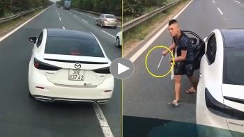 Thanh niên lái Mazda chặn đầu xe khác giữa cao tốc còn cầm 'cờ lê' dọa đánh người
