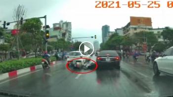 Trời mưa đường trơn, người đi xe máy tự ngã lao vào bánh xe ô tô