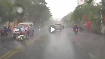 Khoảnh khắc ôtô 7 chỗ đâm trúng nữ sinh đi xe máy dưới trời mưa