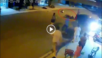 Hai thanh niên 'bay' lên không trung sau cú đâm thẳng vào ô tô