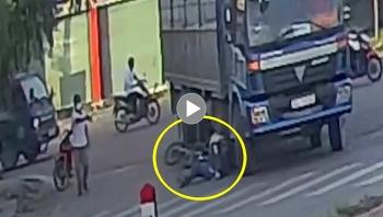 Ngã nằm ngay dưới bánh xe tải, người đàn ông thoát chết thần kỳ