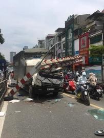 Hà Nội: Đi nhầm đường, tài xế xe tải đâm gẫy barie cầu vượt Thái Hà