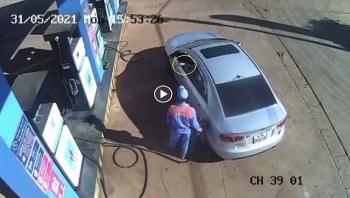 Tài xế ngồi trên xe thản nhiên vứt tiền xuống đất trả nhân viên cây xăng gây phẫn nộ