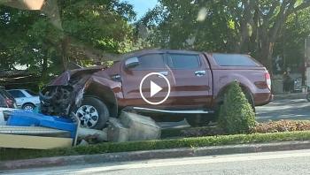 Khoảnh khắc xe bán tải đâm đổ cột đèn giữa đường khiến đầu xe hư hỏng