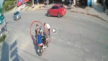 Hai nam thanh niên đi xe máy không đội mũ bảo hiểm, đâm vào xe đang sang đường do phóng nhanh