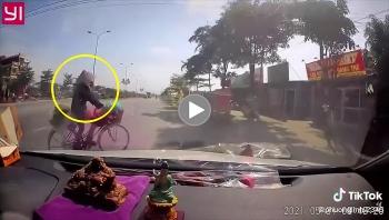 Suýt đâm vào người phụ nữ đi xe đạp sang đường, câu nói của tài xế khiến nhiều người ngán ngẩm