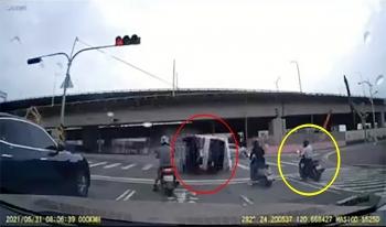 Người đàn ông vứt xe máy bỏ chạy tránh ô tô tải mất lái