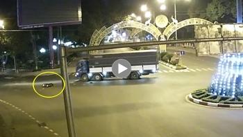 Không nhường đường, xe tải đâm xe máy tại vòng xuyến