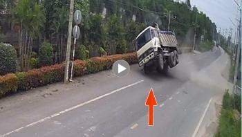 Khoảng khắc tài xế thoát nạn khi xe ben đi tốc độ cao lật nghiêng xuống đường