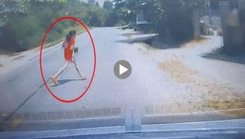 Bé gái bất ngờ chạy sang đường khiến nhiều người thót tim