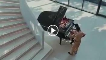 Năng lượng tích cực: Bất ngờ, thích thú trước hình ảnh CSGT chơi Piano