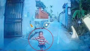 Cháu bé lao từ cổng ra đường suýt bị ô tô đâm trúng