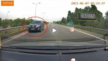 Ô tô thản nhiên đi ngược chiều trên cao tốc, nháy đèn báo hiệu các xe khác
