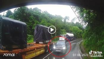 Bon chen vượt ẩu theo ôtô tải, xe sang Mercedes GLB200 phải lùi lại gấp