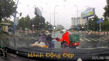 Năng lượng tích cực: Ấm lòng thanh niên cho áo mưa khi dừng đèn đỏ