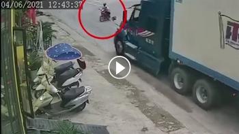 Container phanh 'cháy lốp', tông văng 2 người đi xe máy