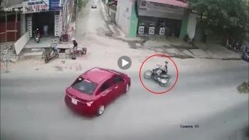 Ô tô rẽ vào ngõ va chạm với thanh niên đi xe máy