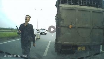Lạ kỳ cảnh tài xế cầm tuýp sắt chặn đầu các xe giữa cao tốc