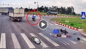Xe máy vượt ẩu tông vào đuôi xe tải khiến 1 người thương vong