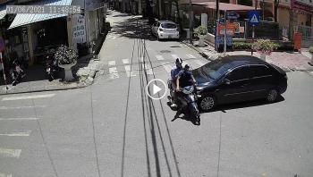 Không giảm tốc độ khi qua ngã 4, ô tô đâm bay 2 người đi xe máy
