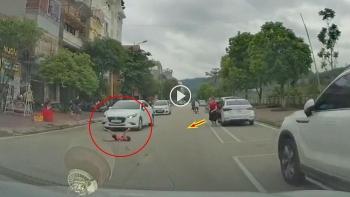 Người mẹ bất cẩn để con chạy cắt qua đường khi mở cửa xe hơi