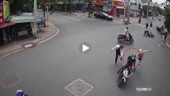 Kịch tính cảnh người dân cùng lực lượng chức năng vây bắt 2 tên trộm xe máy giữa phố