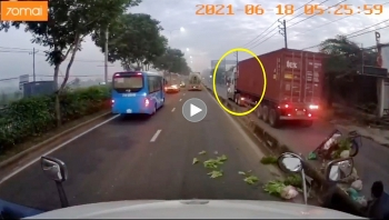 Container đi vào làn xe máy gây tai nạn cho xe khác rồi bỏ chạy