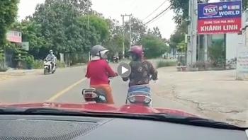 Phản cảm cảnh 2 người phụ nữ dừng xe máy giữa đường để 'buôn chuyện'