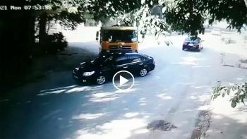 Khoảng khắc xe ben húc ô tô con văng sang bên đường