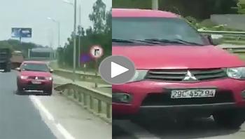 Chạy ngược chiều trên cao tốc, xe bán tải gây va quệt với ôtô khác