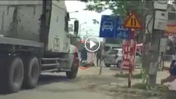 Tài xế container cầm mũ cối đánh người đàn ông đi xe máy vì sang đường ẩu