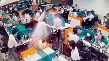 Cả văn phòng phát hoảng khi điện thoại trong túi nam thanh niên bốc cháy